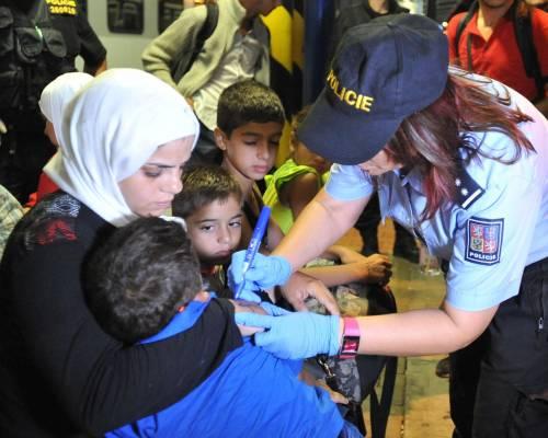 La polizia ceca marchia i migranti sul braccio