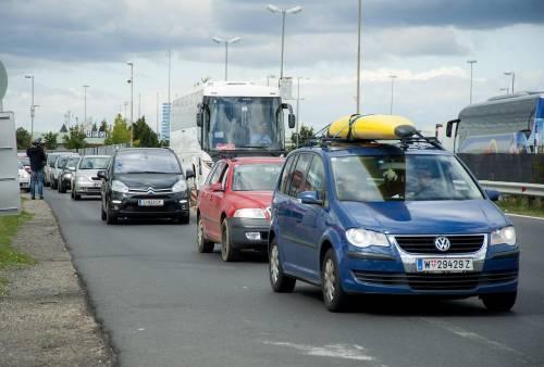 Le auto dei volontari austriaci dirette verso l'Ungheria