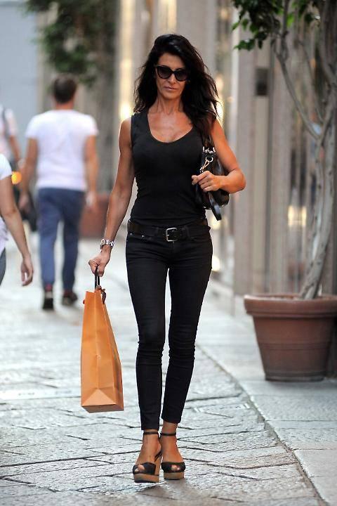 Elena Guarnieri sexy a passeggio per Milano