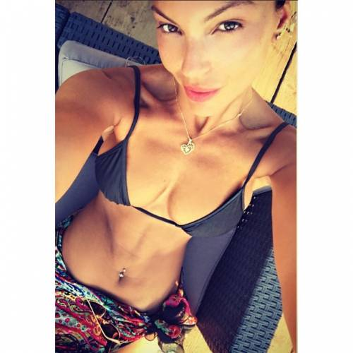 Sarah Nile: foto hot in spiaggia 13