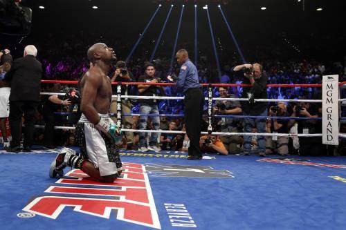 Floyd Mayweather sul ring, dopo la vittoria con Andre Berto