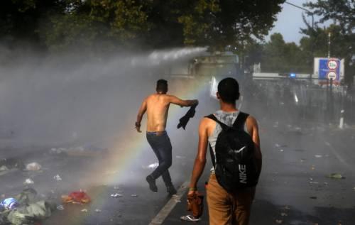 Scontri con i migranti al confine ungherese 4