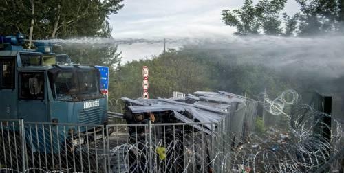 Scontri con i migranti al confine ungherese 6