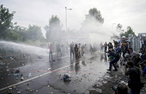 Scontri con i migranti al confine ungherese 1