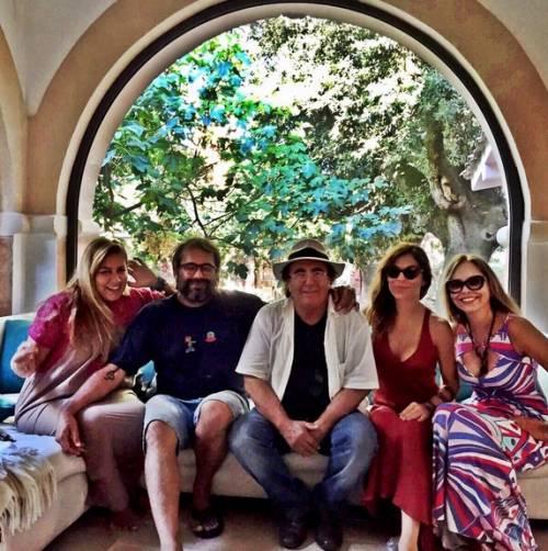 """Naike Rivelli e Yari Carrisi, la """"famiglia reale"""" posa con Al Bano"""