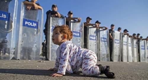 La baby profuga gattona davanti al muro di agenti: una foto creata ad hoc?