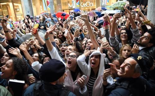 Cara Delevingne e Kate Moss a Milano, folla in delirio 14
