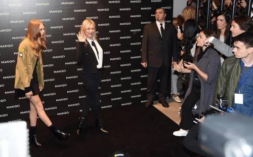 Cara Delevingne e Kate Moss a Milano, folla in delirio 4
