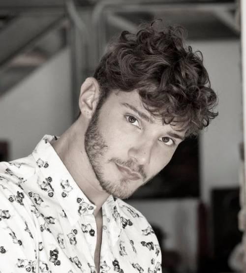Stefano De Martino cede al ritocchino: si è rifatto le orecchie 18