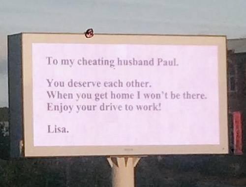Una moglie vendica il tradimento con un enorme cartellone pubblicitario
