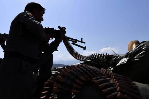 Un uomo delle forze afghane impegnato contro i talebani