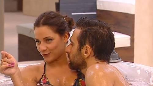 Grande Fratello 14, baci e nudi bollenti nell'idromassaggio 7