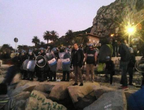 Migranti sugli scogli a Ventimiglia 4