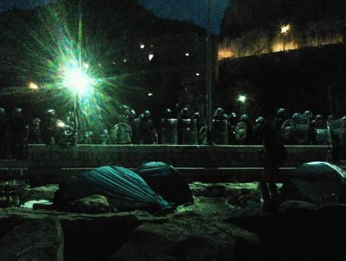 Migranti sugli scogli a Ventimiglia 3
