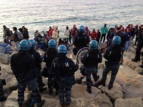 Migranti sugli scogli a Ventimiglia 6