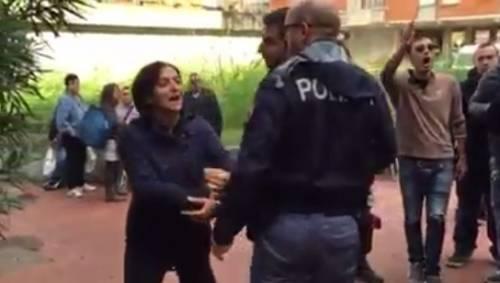 Pisa, campo profughi, la Lega raccoglie firme per dire no. Tafferugli con i centri sociali
