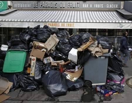 Lo sciopero degli spazzini che mette in ginocchio Parigi