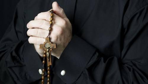 Se i fedeli difendono il prete accusato di pedofilia