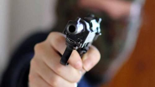 Stranieri sequestrano la famiglia durante la rapina: pistole puntate alla gola