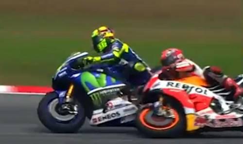 La fotosequenza dello scontro tra Rossi e Marquez 7