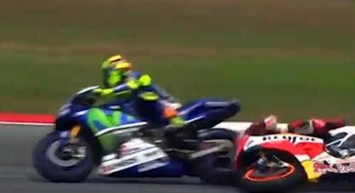 La fotosequenza dello scontro tra Rossi e Marquez 6
