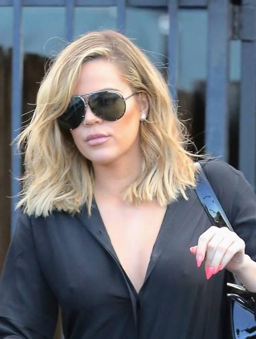 Khloé Kardashian a Los Angeles senza reggiseno 2