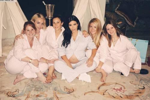 Khloé Kardashian a Los Angeles senza reggiseno 11