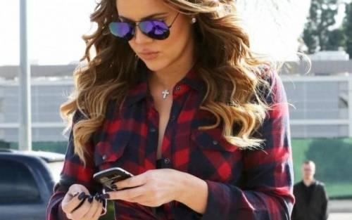 Khloé Kardashian a Los Angeles senza reggiseno 13