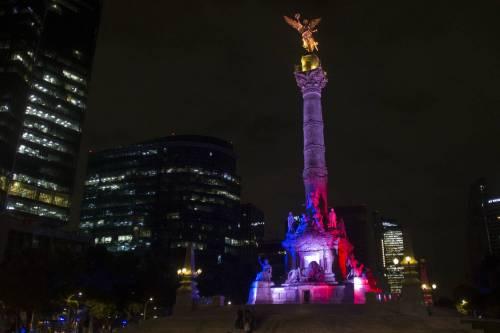 In tutto il mondo la solidarietà per Parigi si tinge del tricolore francese 3