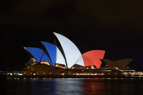 In tutto il mondo la solidarietà per Parigi si tinge del tricolore francese 6