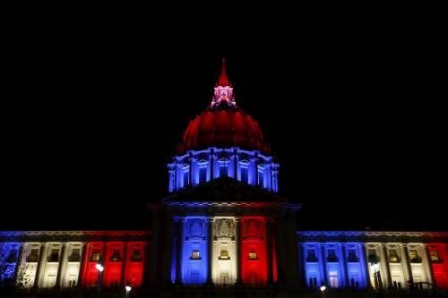 In tutto il mondo la solidarietà per Parigi si tinge del tricolore francese 8