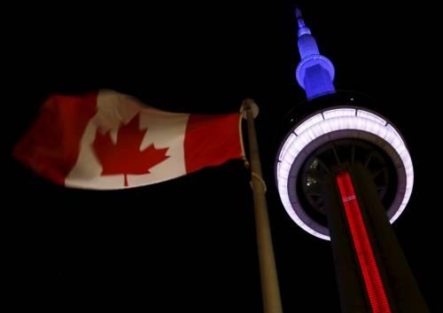 In tutto il mondo la solidarietà per Parigi si tinge del tricolore francese 10