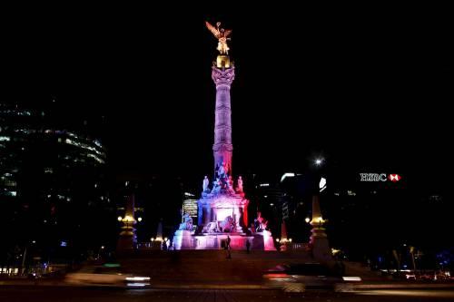 In tutto il mondo la solidarietà per Parigi si tinge del tricolore francese 11
