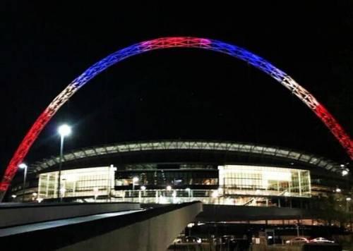 In tutto il mondo la solidarietà per Parigi si tinge del tricolore francese 13