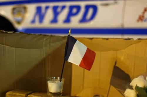 In tutto il mondo la solidarietà per Parigi si tinge del tricolore francese 15