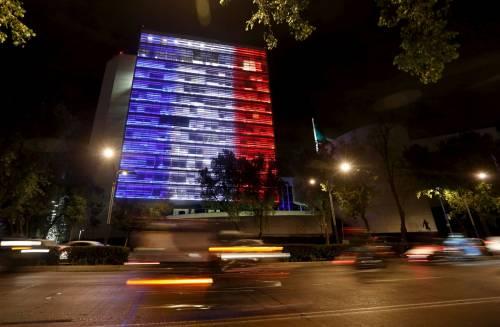 In tutto il mondo la solidarietà per Parigi si tinge del tricolore francese 16