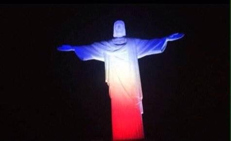 In tutto il mondo la solidarietà per Parigi si tinge del tricolore francese 2