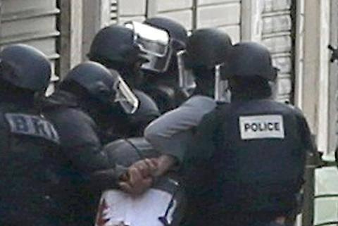 Parigi, terrorista arrestato e denudato 2