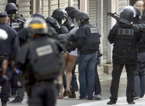 Parigi, terrorista arrestato e denudato 3