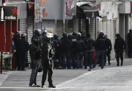 """Parigi, raid nel covo dei jihadisti: """"Erano pronti a colpire ancora"""""""