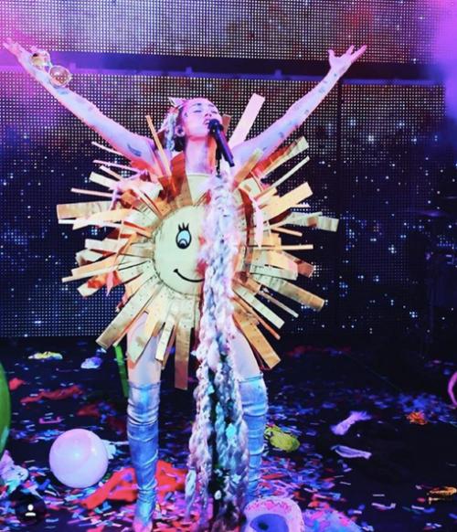Miley Cyrus sempre più sexy in tour 12