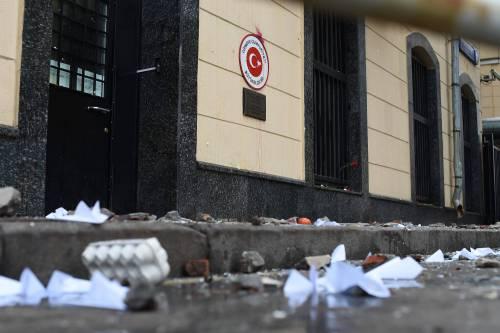 Mosca, sassi e uova contro l'ambasciata turca 2