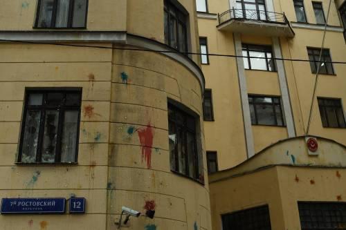 Mosca, sassi e uova contro l'ambasciata turca 5