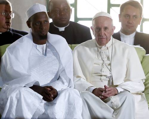 Papa Francesco e Tidiani Moussa Naibi, imam di una moschea a Bangui