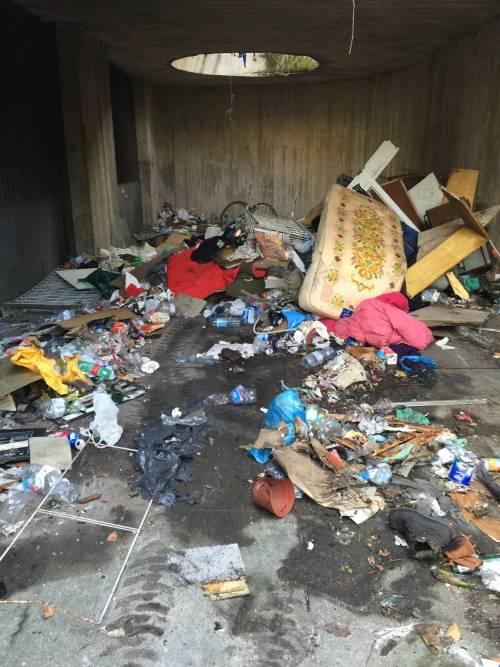 """Nomadi, clandestini e spaccio nella """"favela"""" di via Adriano"""