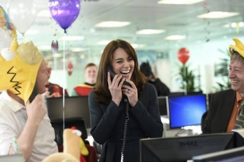 """Kate Middleton """"flirta"""" al telefono. A fin di bene 2"""