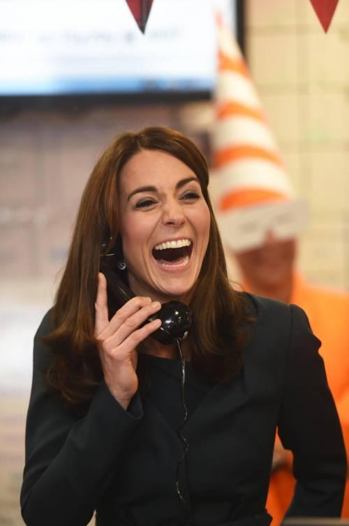 """Kate Middleton """"flirta"""" al telefono. A fin di bene 5"""