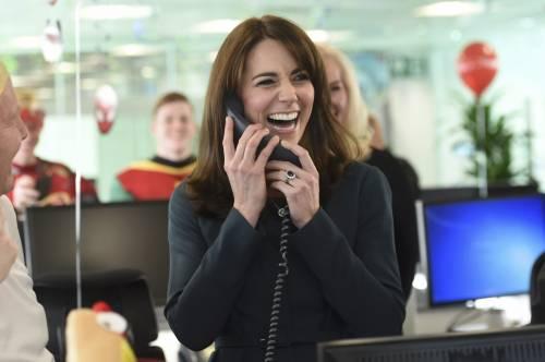 """Kate Middleton """"flirta"""" al telefono. A fin di bene 4"""