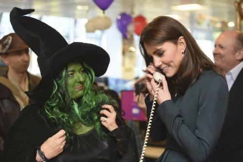 """Kate Middleton """"flirta"""" al telefono. A fin di bene 3"""