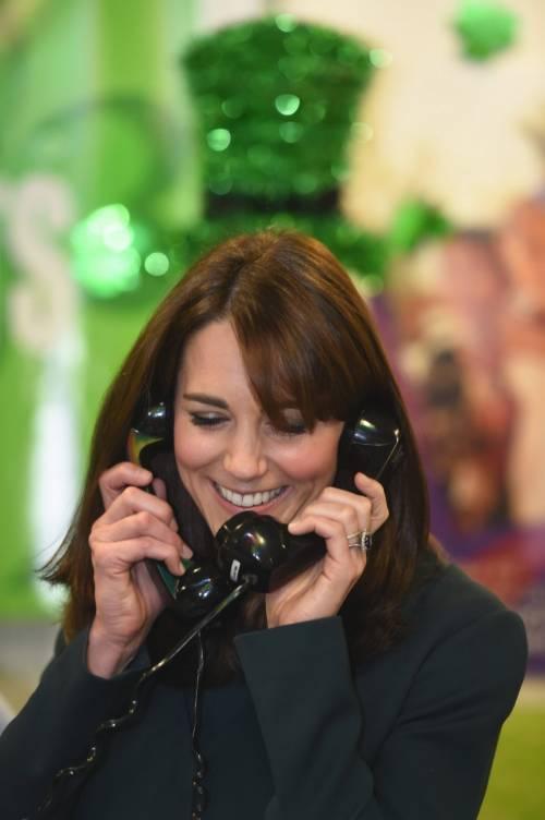"""Kate Middleton """"flirta"""" al telefono. A fin di bene 6"""